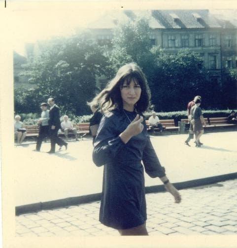 Elisabeth Motsch en mini bleue